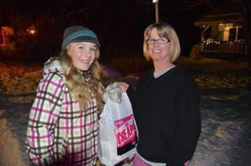 Volunteer Grace Gates is given a bag of food by Cindy Stone during the annual Salvation Army Food Drive in north Muskoka. For more details, see the Dec. 12 edition of the Huntsville Forester.