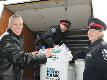 Barrie police give to Barrie Food Bank