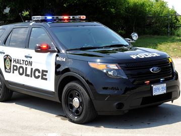 Police search for suspects following Oakville break-ins