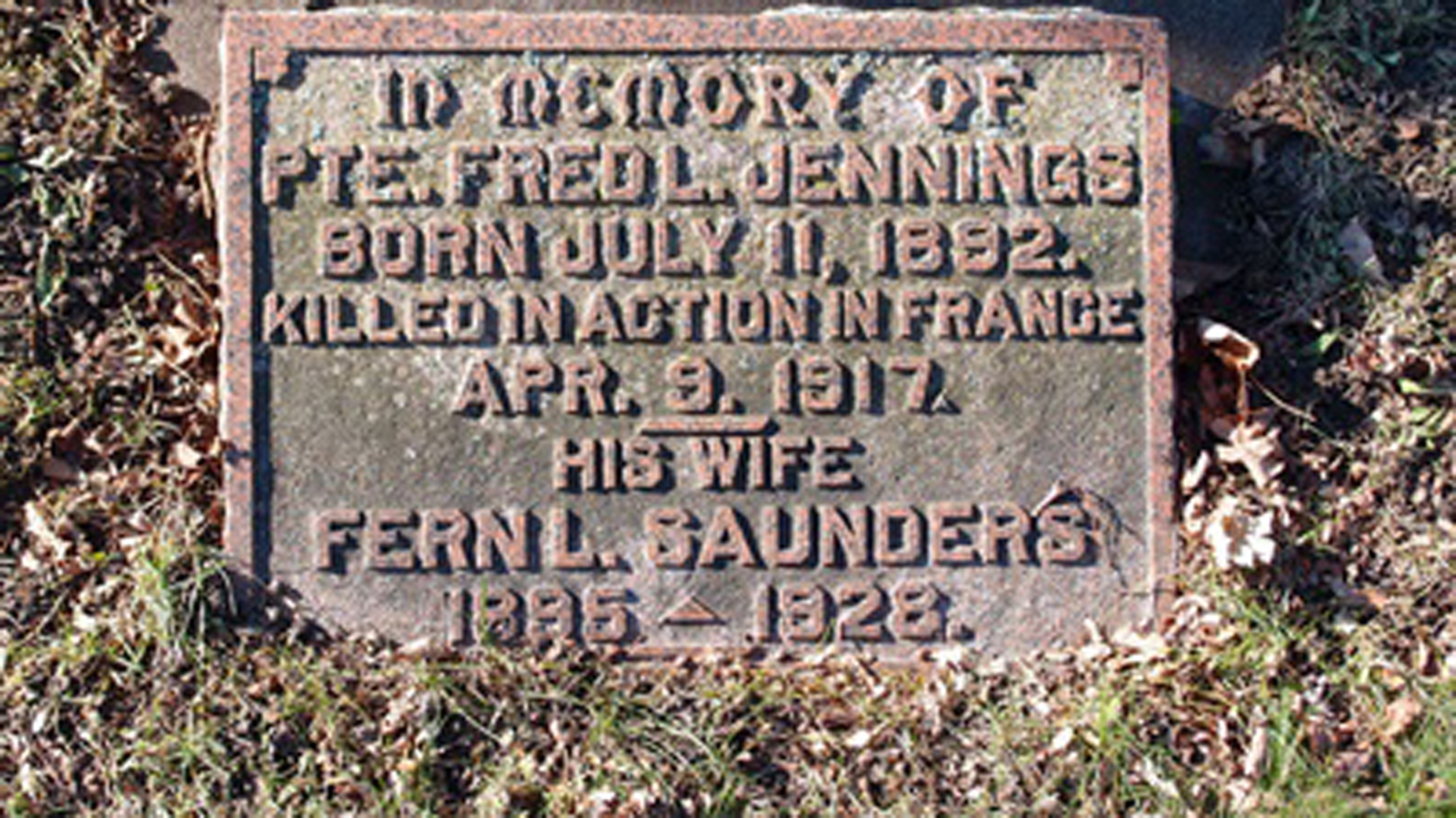 A gravestone bearing the name Pte. Fred L. Jennings