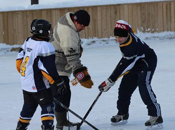 Oakville teen delivers skates to remote northern Ontario community
