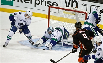 Gibson makes 25 saves, Ducks beat Canucks 4-0-Image1