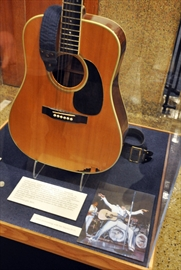 US museum, collector dispute Elvis' broken guitar-Image1