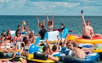 Uh, Oh, Canada: 1,500 people float across border-Image3