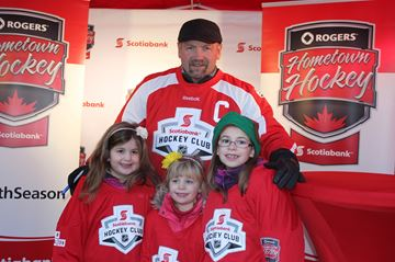 Wendel Clark poses for a photo with young fans Katerina, Sophia, and Isabella Toffolone.