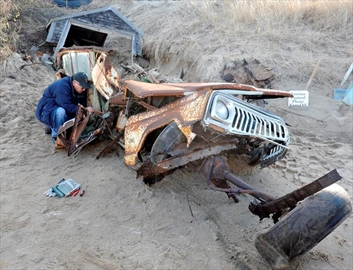 Jeep buried in sand dune for 40 years is finally unearthed-Image3