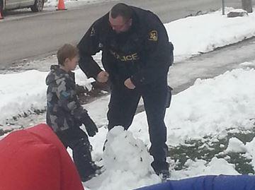 'Amazing' Orillia cop helps boy build snowman