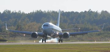737 Jet Lands In Petrborough