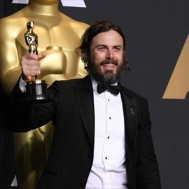 Casey Affleck forgot to thank kids-Image1