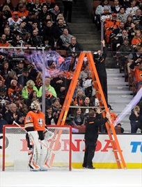 Tough break: Ducks nip Avalanche 2-1 after long glass delay-Image1