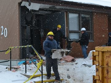 Car smashes through Anne Street building in Barrie