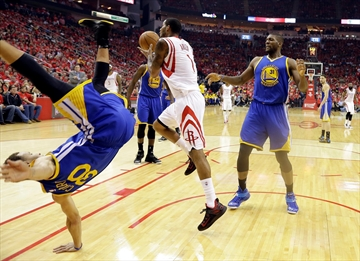 NBA MVP Stephen Curry takes nasty fall, walks off court-Image1