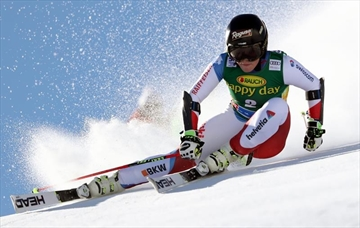Gut builds big 1st-run lead in season-opening giant slalom-Image1