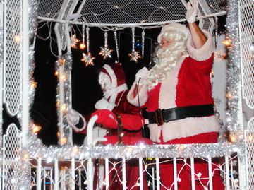 Santa Claus Parade 2015 rolls in
