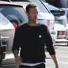 Chris Martin knocks down photographer-Image1