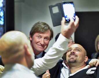 Wayne Gretzky poses for a group picture with some fans that caught up with him in a hotel hallway before the event.