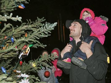 Downtown Midland receives blast of Christmas colour