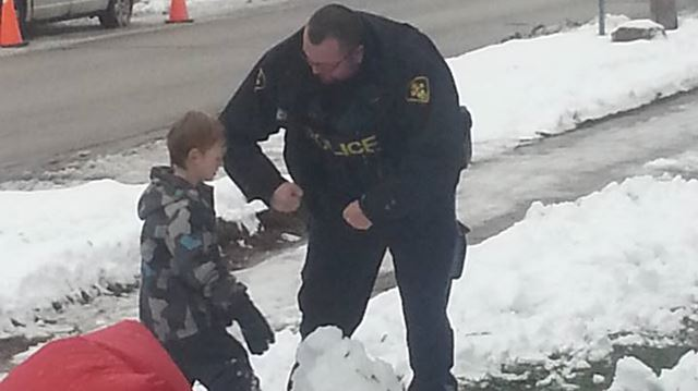 'Amazing' Orillia cop helps boy build snowman