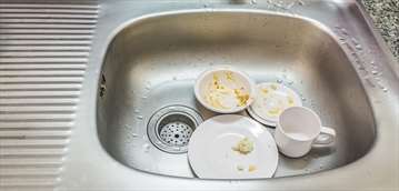 A new survey by Angus Reid found that leaving dirty dishes in the office kitchen sink is one of the big pet peeves of Canadian workers.