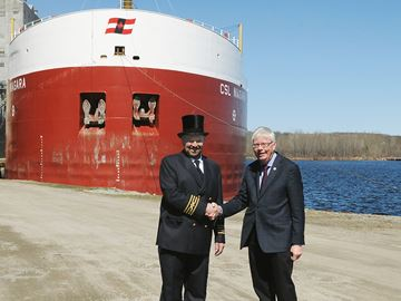 Midland mayor presents top hat to captain