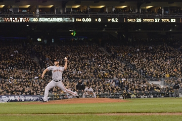 Bumgarner, Giants silence Pirates 8-0 to advance-Image1