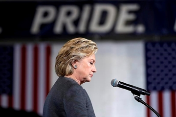 Clinton visits Iowa as early voting gets underway-Image1