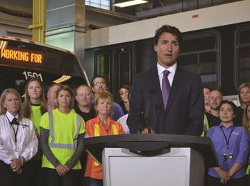 Justin Trudeau makes transit announcement in Barrie