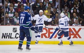 Stamkos shines as Lightning down Canucks 4-2-Image1