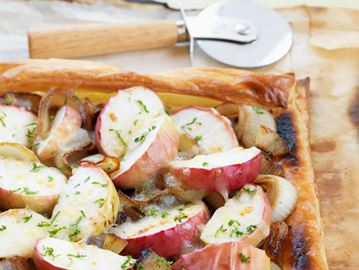 ONTARIO APPLE, CARAMELIZED  ONION AND WHITE CHEDDAR PIZZA