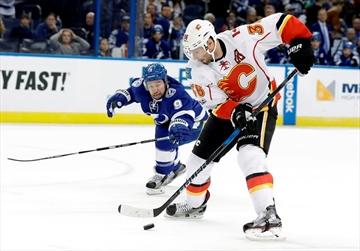 Monahan gets 100th goal, Flames beat Lightning 3-2-Image1