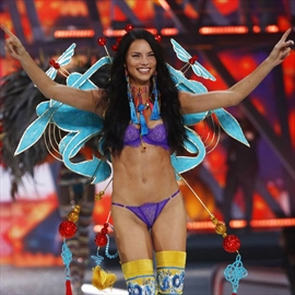 Adriana Lima hopes daughters will be Victoria's Secret Angels-Image1
