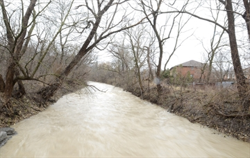 High water levels on Spencer Creek at the Thorpe St overpass in Dundas April 2013.