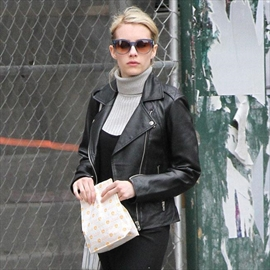 Emma Roberts gets book gift from Jamie Lee Curtis-Image1
