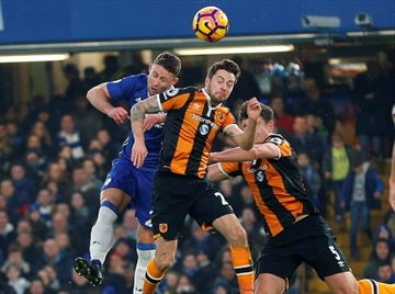 Hull's Mason in hospital after clash of heads at Chelsea-Image1