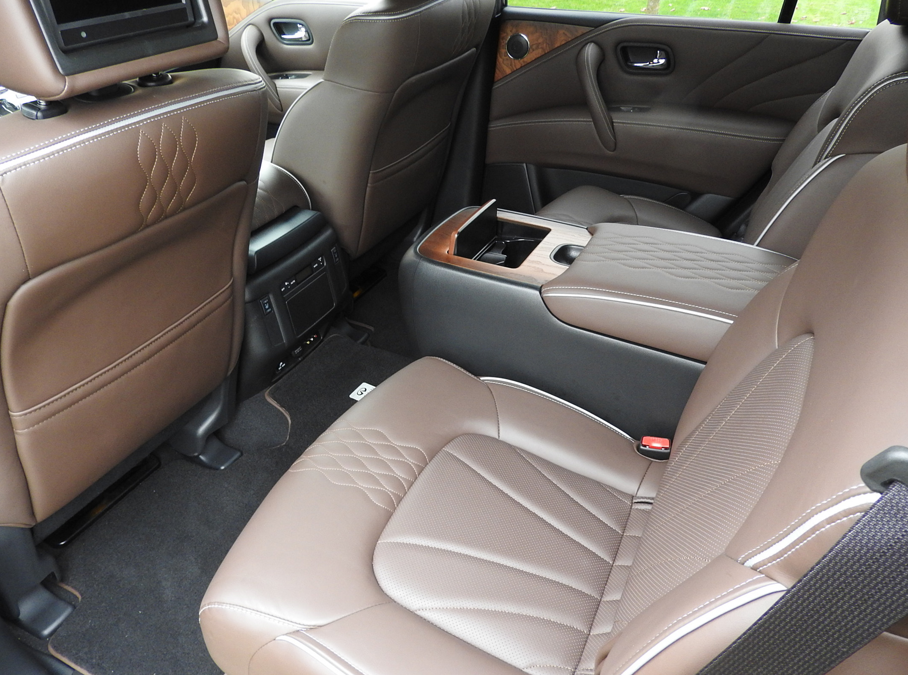 infiniti luxury and utility in an old school suv. Black Bedroom Furniture Sets. Home Design Ideas
