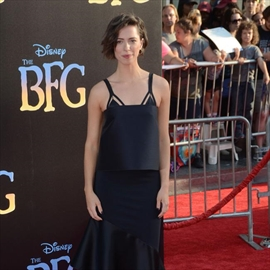 Rebecca Hall doesn't own a TV-Image1