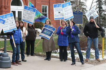 OPSEU members stage information protest in Bracebridge