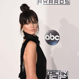 Kendall Jenner suing skincare company-Image1