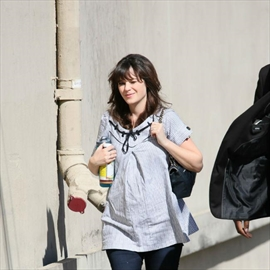 Zooey Deschanel doesn't want to be 'super skinny'-Image1