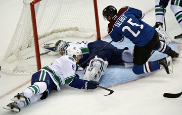Iginla leads Avalanche past Canucks 7-3-Image1