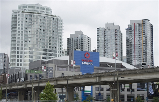 Toronto vancouver experiencing rental renaissance as for Balcony 417 rogers arena