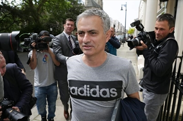 Serial winner Mourinho hired to revive fading Man United-Image9